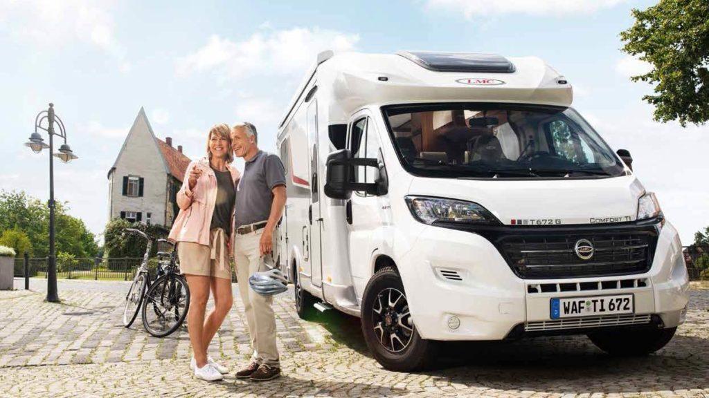 LMC Reisemobil T 672 G Comfort T1 mit einem Paar und Fahrraedern